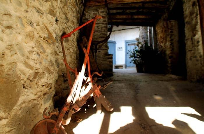 Aperos de labranza en un pasadizo de Valero Salamanca