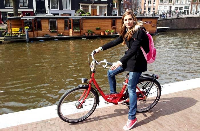 Estefanía montada en su bicicleta