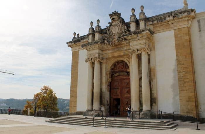 Fachada de la Biblioteca Joanina qué ver en Coímbra