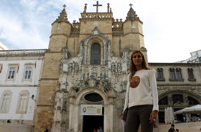 Estefanía ante la fachada del Monasterio de Santa Cruz qué ver en Coímbra