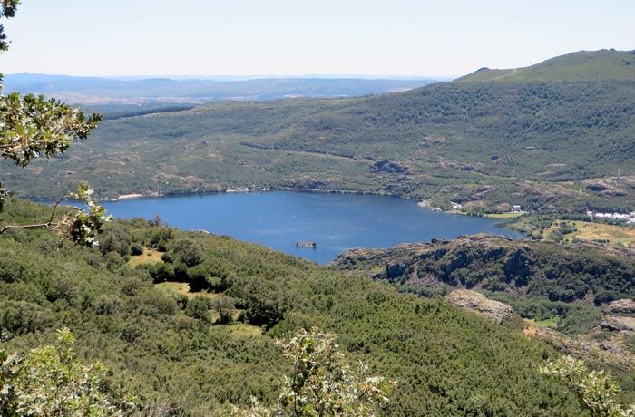 Primera vista del Lago de Sanabria en el descenso hacia la carretera de San Martín de Castañeda cañón del Tera
