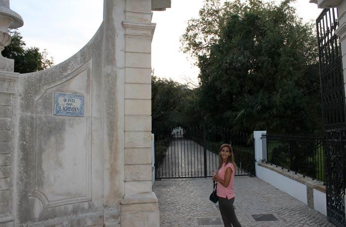 Estefanía ante la puerta de acceso a la Quinta das Lágrimas qué ver en Coímbra