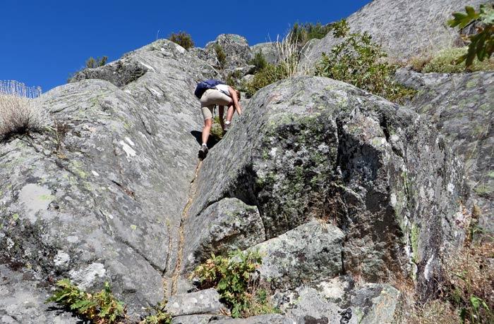 Trepando literalmente entre las rocas cañón del Tera