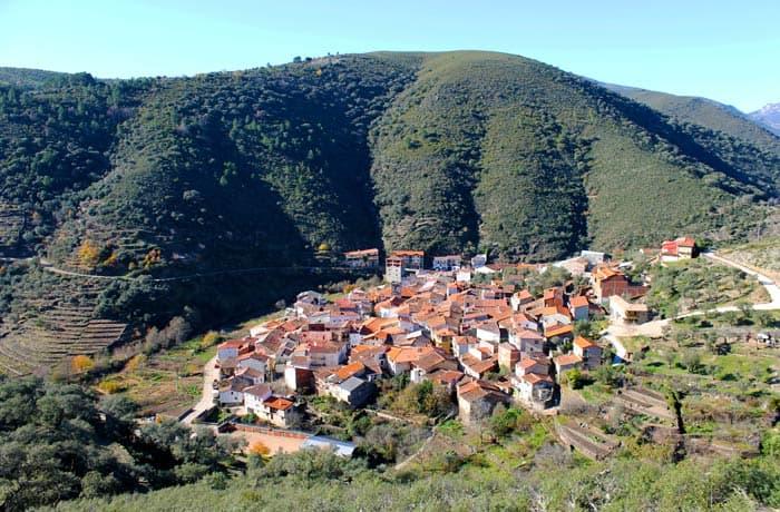 Valero desde el Camino de los Trasiegos, la ruta que sube hasta San Miguel