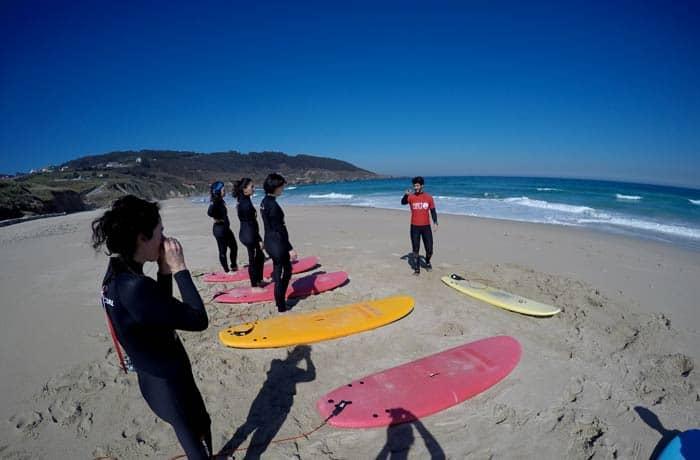 Andrés Queijo, dando instrucciones durante la clase surfear en Galicia