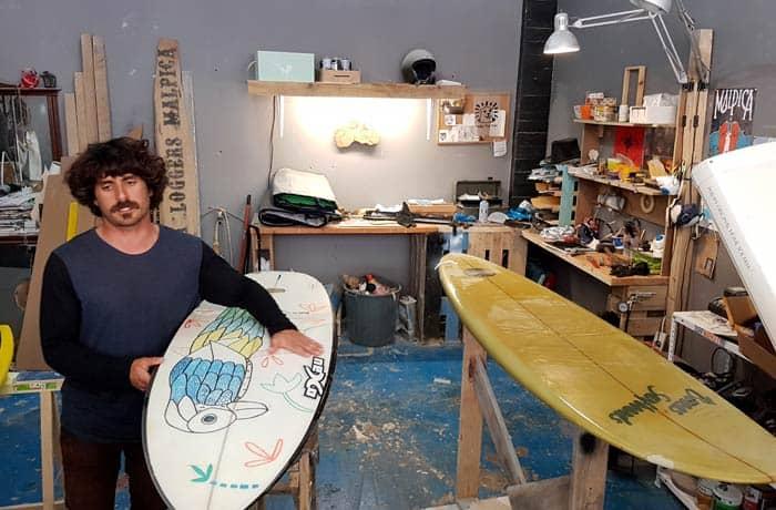 Toni Varela en su taller de Cormoran Surfboards surfear en Galicia