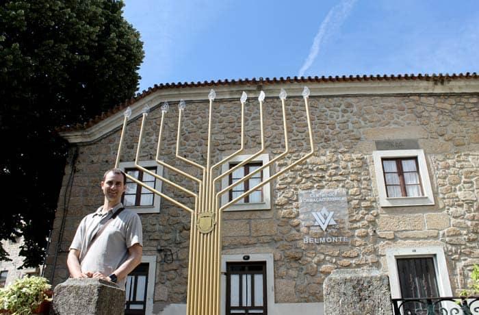 Pablo ante el menorah del Centro de Formación Judaica de Belmonte Portugal