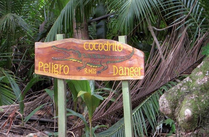 Otro cartel que advierte de la presencia de cocodrilos