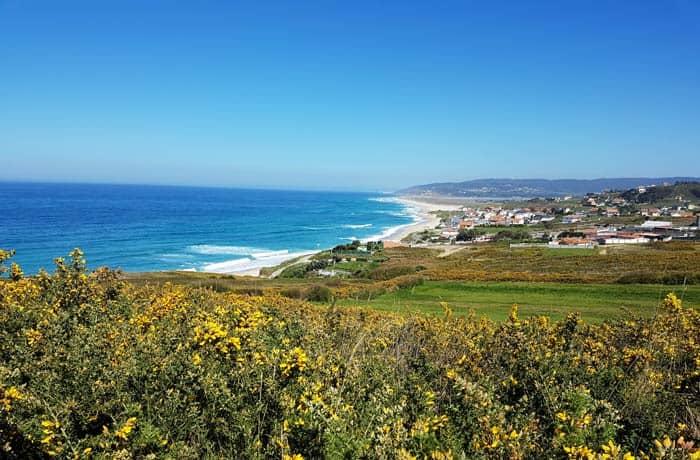 Vista de la playa de Razo desde el sendero que lleva a Santa Mariña