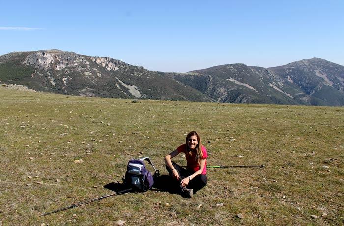 Estefanía posando en prado desde el que se obtienen unas estupendas vistas de la Cueva de la Mora Castillo Viejo de Valero