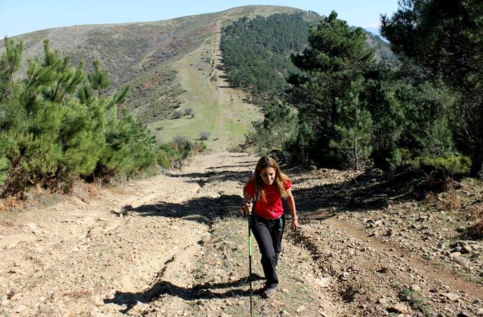 Dura subida en el regreso con el pico del Castillo al fondo