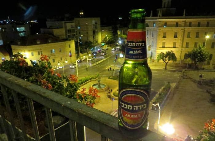 Cerveza israelí en la terraza del hotel Prima Kings de Jerusalén Israel por libre