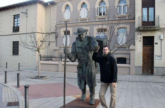 Pablo junto a la escultura dedicada al caminante qué ver en Astorga