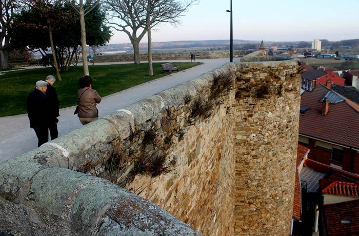 Jardín de la Sinagoga y muralla qué ver en Astorga