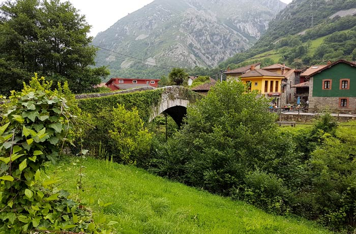 Puente de piedra de Villanueva Senda del Oso en bici