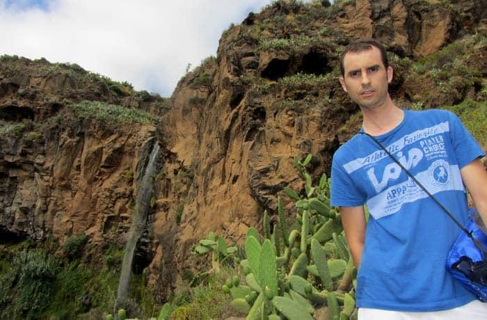 Ante la cascada de 90 metros que se contempla en la bajada al Calhau da Lapa