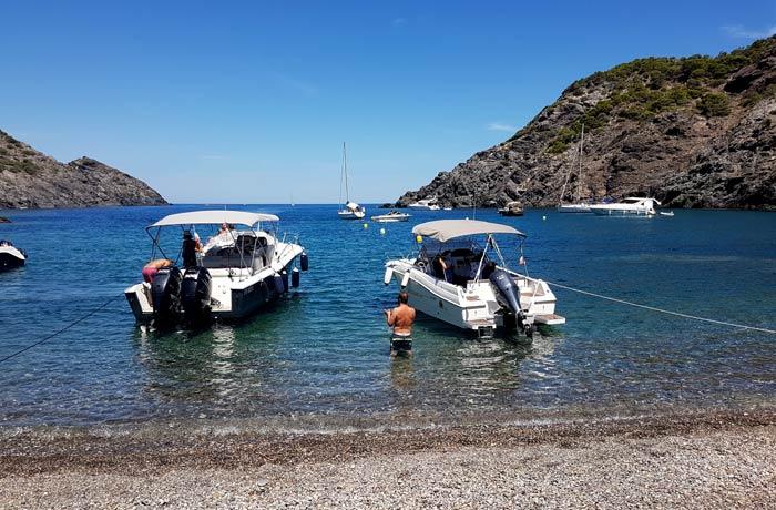 Barcos en la misma orilla en cala Tavallera mejores calas de la Costa Brava