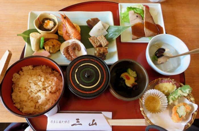 Una variada bandeja de comida japonesa razones para contratar un seguro de viaje