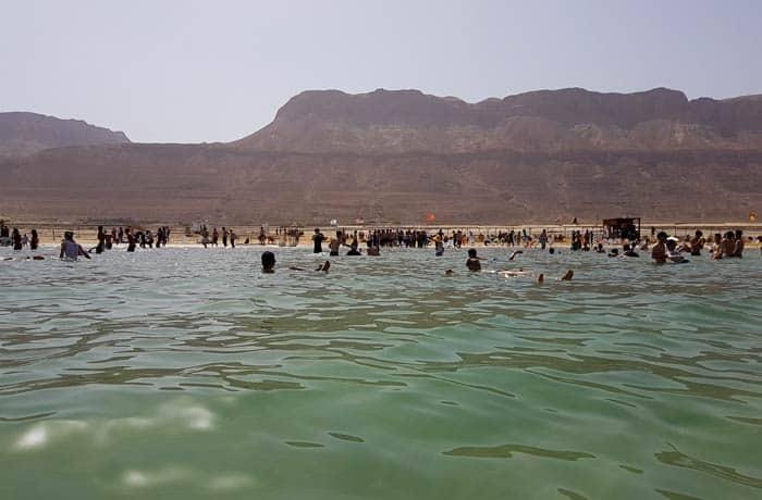 Vista desde dentro del mar Muerto en Israel