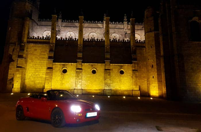 El descapotable MGF junto a la catedral de Guarda