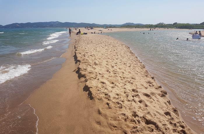 El Mediterráneo a la izquierda y el Ter a la derecha en la Gola del Ter mejores calas de la Costa Brava