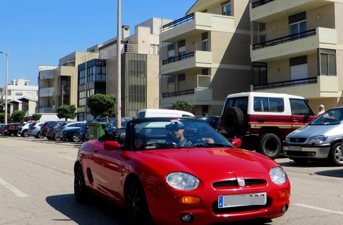 Javier y Lucía en el MFG en Barra viajar en descapotable