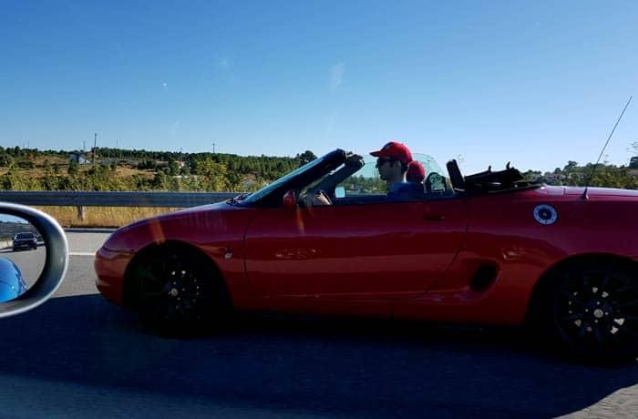 Conduciendo el MGF de camino a Aveiro viajar en descapotable