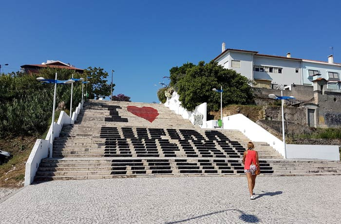 Grafiti en unas escaleras en Aveiro