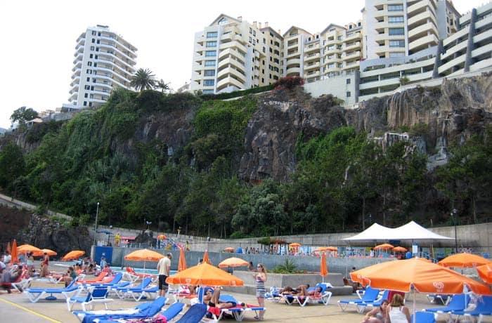 Zona de hamacas de las piscinas de Ponta Gorda playas de Madeira