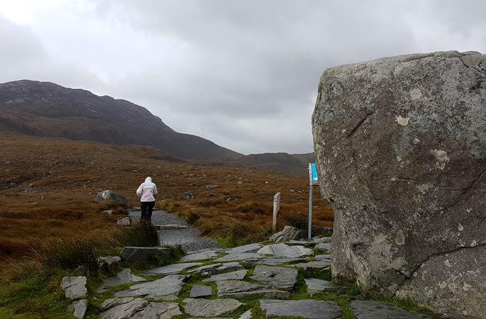 Senderismo de riesgo por el viento en Irlanda razones para contratar un seguro de viaje
