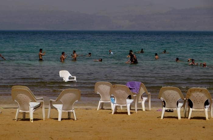 Sillas para descansar en la playa mar Muerto en Israel