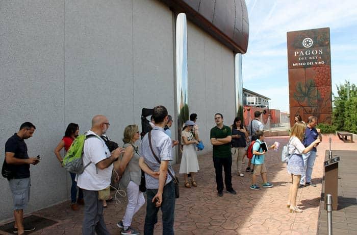 Atendiendo a las explicaciones de Rodrigo Burgos durante la visita al Museo del Vino con los compañeros de Castilla y León Travel Bloggers