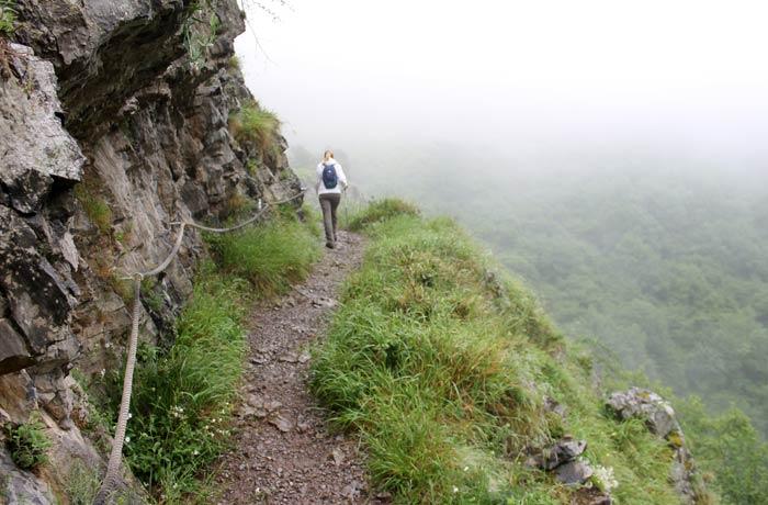 Estrecho sendero de la ruta de las Xanas