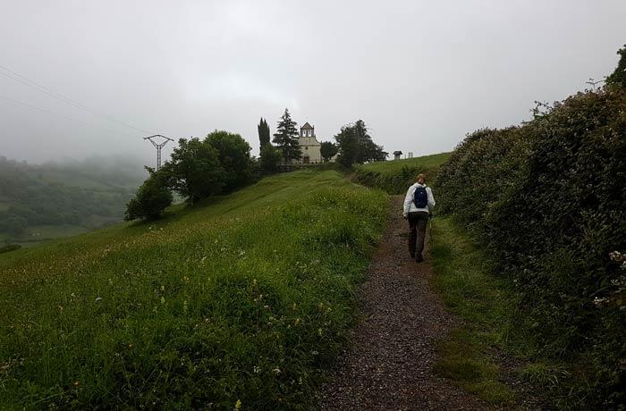 Subida a la iglesia de San Antonio de Pedroveya ruta de las Xanas