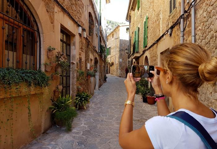 Una típica calle de Valldemosa qué hacer en Mallorca en invierno