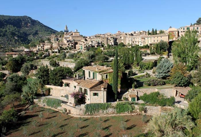 Vista de Valldemosa desde la carretera que llega desde Palma qué hacer en Mallorca en invierno