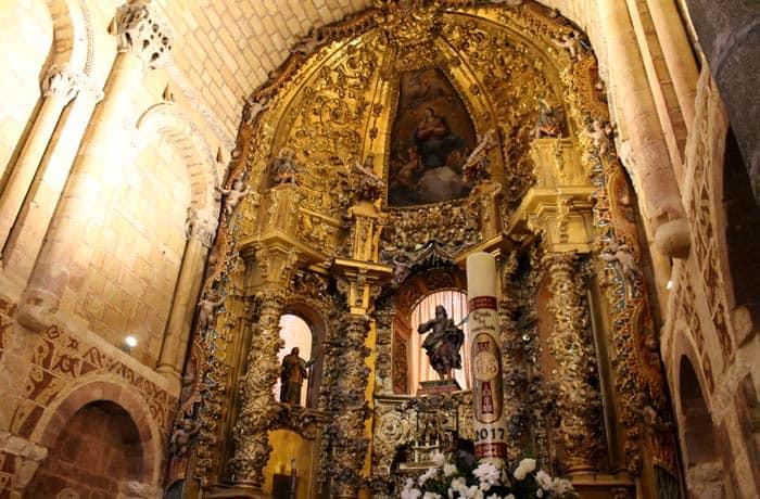 Altar de la basílica de San Vicente Ávila en un día