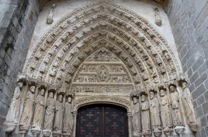 Pórtico de la Catedral de Ávila en un día