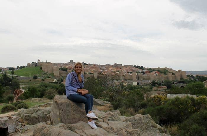 Estefanía y las vistas desde los Cuatro Postes Ávila en un día