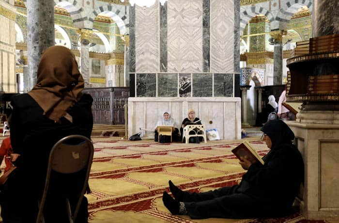 Mujeres rezando en el interior de la Cúpula de la Roca qué ver en Jerusalén