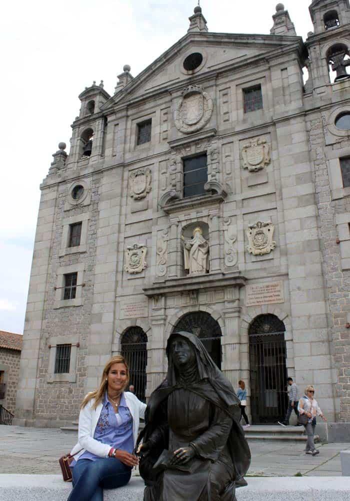 Iglesia y convento de Santa Teresa y su escultura Ávila en un día