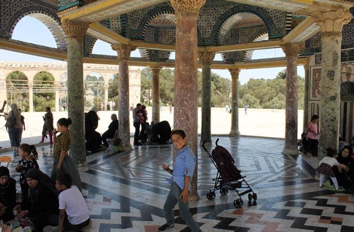 Un niño musulmán jugando en la Explanada de las Mezquitas qué ver en Jerusalén