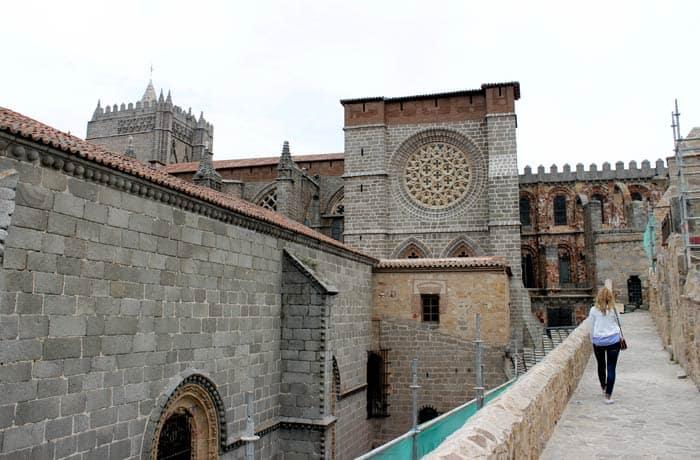 Recorrido por la Muralla en el entorno de la Catedral Ávila en un día