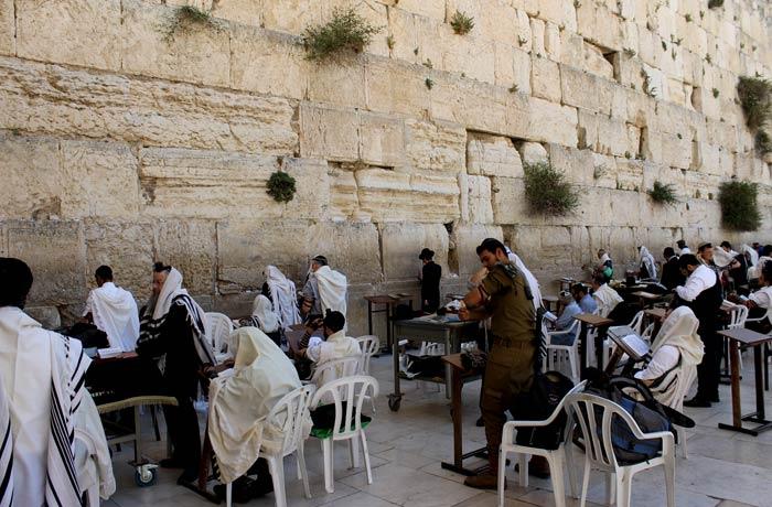 Judíos en el Muro de las Lamentaciones qué ver en Jerusalén