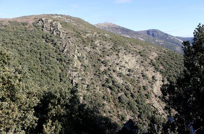 Paisaje en el sendero de regreso con el pico Cervero al fondo Cueva de la Mora