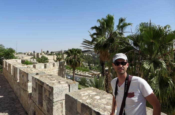 Pablo, durante el paseo sobre las murallas qué ver en Jerusalén