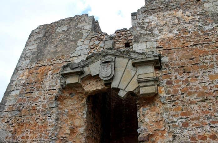 Puerta monumental del palacio