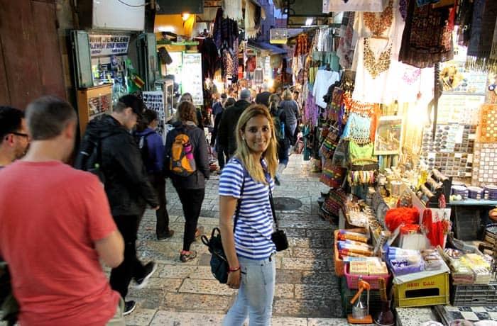 Estefanía en una de las calles de la ciudad vieja qué ver en Jerusalén