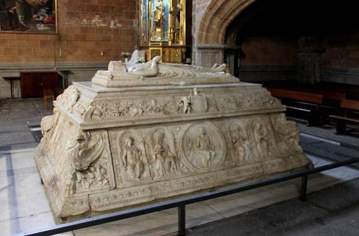 Sepulcro del príncipe Juan en el Real Monasterio de Santo Tomás Ávila en un día