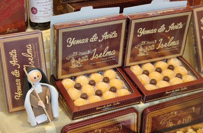 Yemas de Santa Teresa en una tienda de la plaza del Mercado Chico Ávila en un día